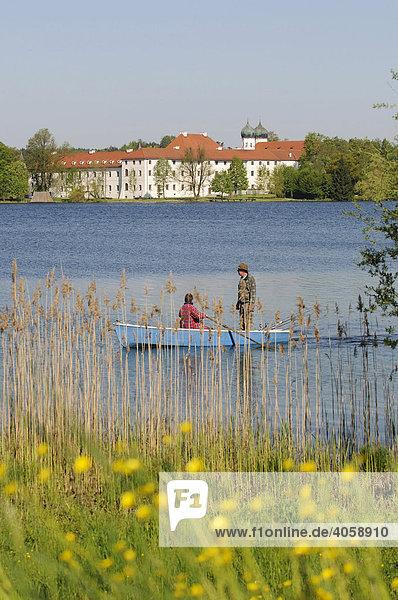 Fischer auf dem Seeoner See  Kloster Seeon  Chiemgau  Bayern  Deutschland  Europa