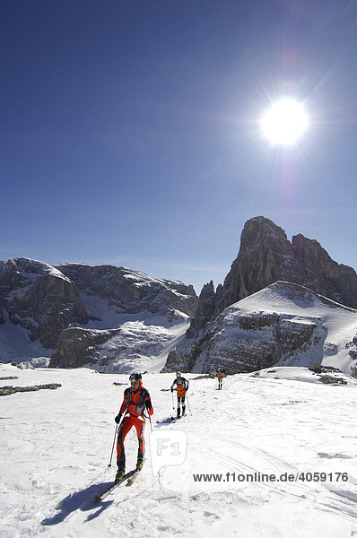 Mountaineers taking part in a race in front of the Buellelejoch Mountain Hut  Hochpustertal Valley or High Puster Valley or Alto Pusteria  Bolzano-Bozen  Dolomite Alps  Italy  Europe