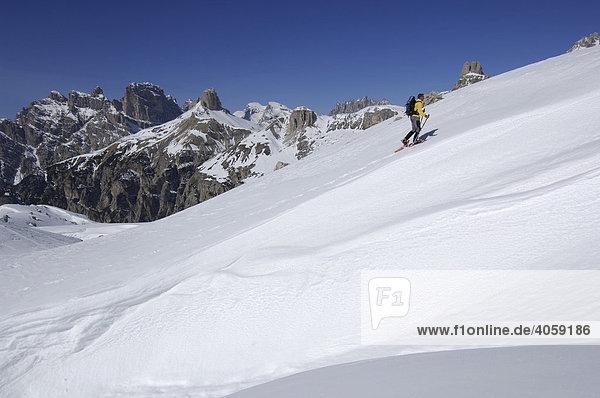 Schneeschuhwanderer auf der Langen Alm  Dreizinnen  Hochpustertal  Dolomiten  Südtirol  Italien  Europa