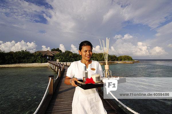 Bedienstete im Aquum Spa  Full Moon Resort  Malediven  Indischer Ozean