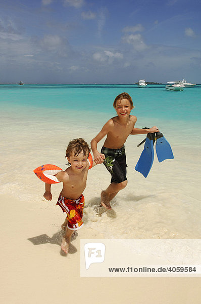 Kinder am Strand  Laguna Resort  Malediven  Indischer Ozean