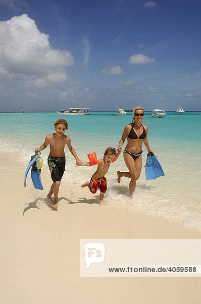 Frau mit zwei Kindern am Strand  Laguna Resort  Malediven  Indischer Ozean
