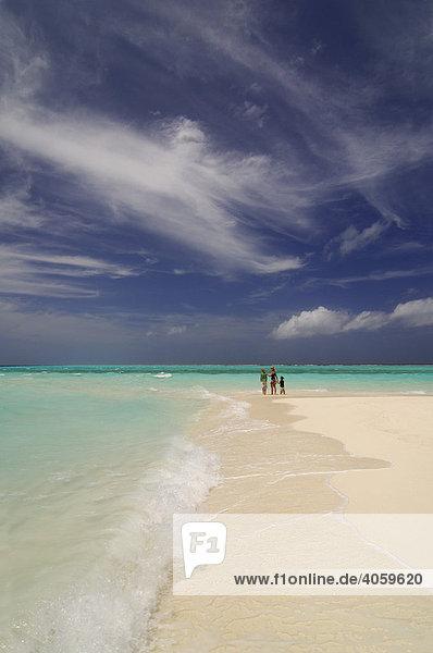 Frau und zwei Kinder am Strand  Laguna Resort  Malediven  Indischer Ozean