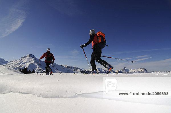 Skibergsteiger am Parwengsattel  Sankt Stephan  Zweisimmen  Saanenland  Westalpen  Berner Oberland  Schweiz  Europa