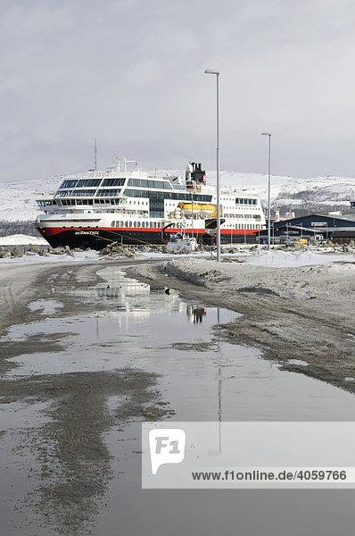 Hurtigruten Postschiff im Hafen von Kirkenes  Finnmark  Lappland  Norwegen  Skandinavien  Europa