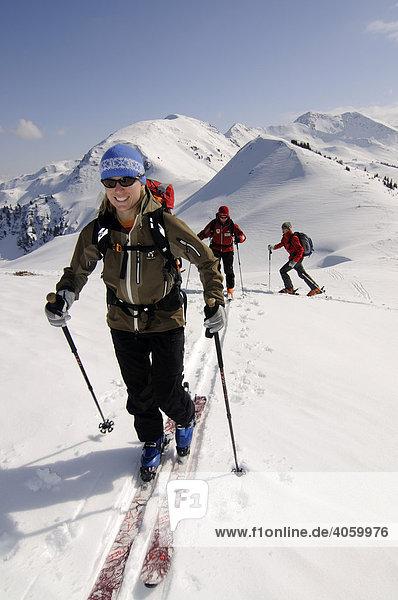 Skiwanderer bei Skitour auf den Joel und Lämpersberg  Wildschönau  Tirol  Österreich  Europa
