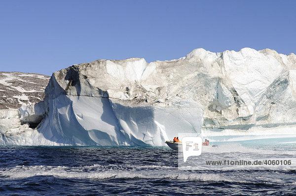Bootstour mit Inuit  Eisberge bei Ammassalik  Ostgrönland  Grönland