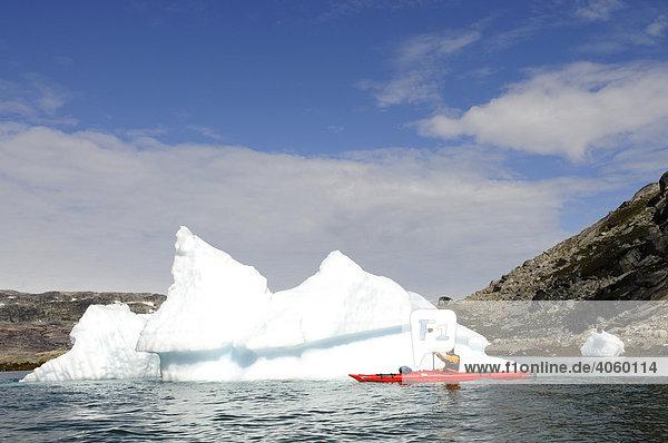 Seakajak vor Eisbergen im Ikasartivaq-Fjord  Ostgrönland  Grönland