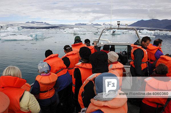 Passagiere bei Bootstour zwischen den Eisbergen  Gletscher  Joekulsarlon  Island  Europa