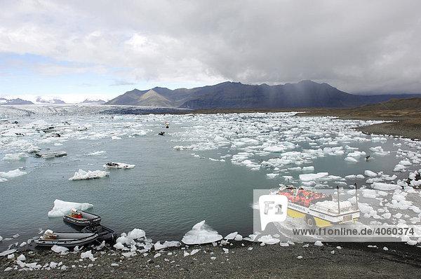 Boot auf Tour zwischen den Eisbergen mit Schlauchbooten und Amphibienfahrzeug  Gletscher  Joekulsarlon  Island  Europa