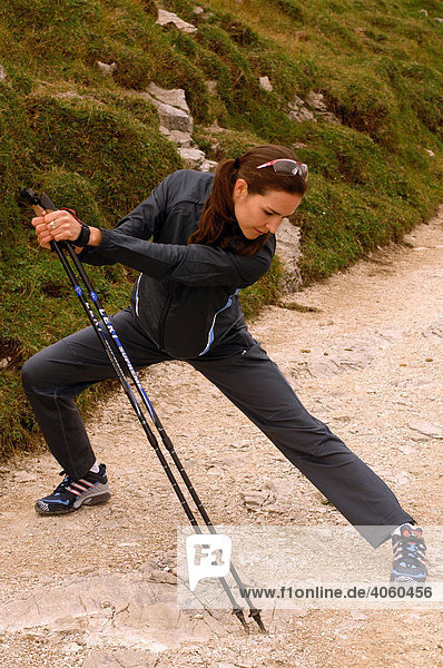 Frau beim Dehnen  Nordic Walking  Kampenwand  Chiemgau  Oberbayern  Bayern  Deutschland  Europa