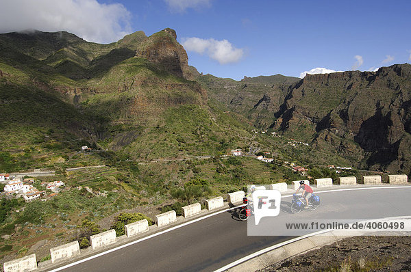 Radfahrer bei Santiago del Teide  Teneriffa  Kanarische Inseln  Spanien  Europa