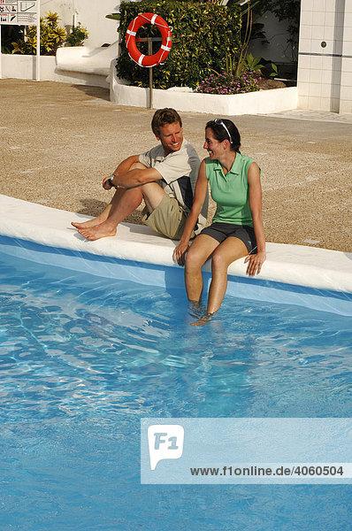 Touristen am Hotel-Pool  Medano  Teneriffa  Kanarische Inseln  Spanien  Europa