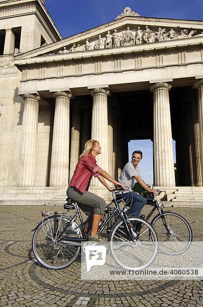 Best Ager  Fahrradfahrer  Radtour  Königsplatz  München  Bayern  Deutschland  Europa