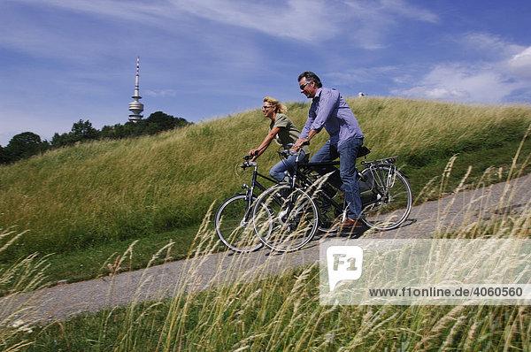 Best Ager  Fahrradfahrer  Radtour  Olympiaturm  Olympiazentrum  München  Bayern  Deutschland  Europa