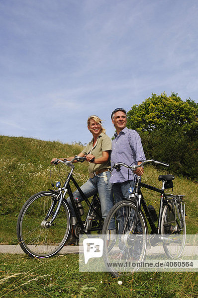 Best Ager  Fahrradfahrer  Radtour  Olympiazentrum  München  Bayern  Deutschland  Europa