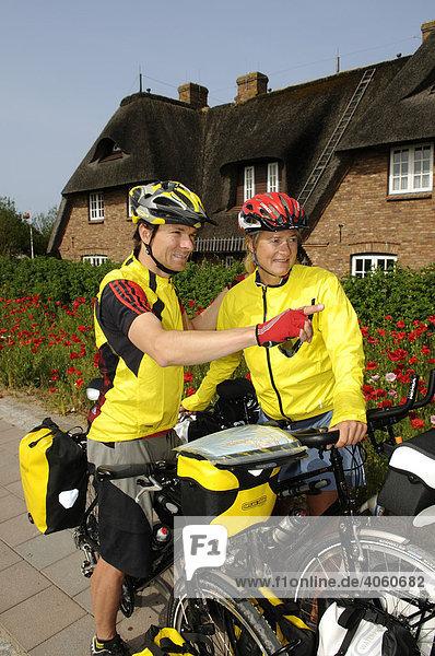 Radfahrer in Keitum  Sylt  Nordfriesland  Schleswig-Holstein  Deutschland  Europa