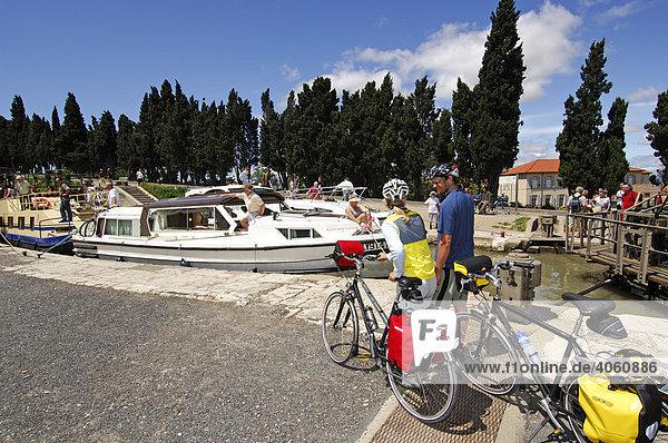 Schleusen von Fonserannes  Radfahrer  Canal du Midi  Midi  Frankreich  Europa