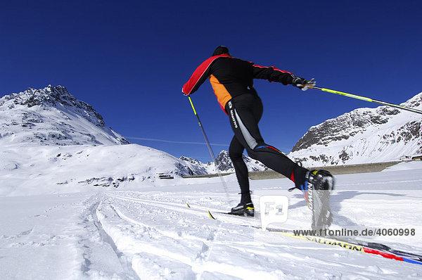 Skifahrer beim Langlauf  Sylvretta-Stausee  Bielerhöhe  Kleinvermunt  Galtür  Tirol  Österreich  Europa