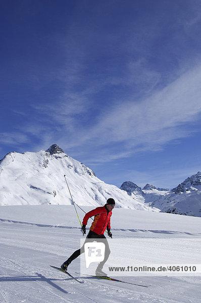 Skifahrer beim Langlauf  Bielerhöhe  Kleinvermunt  Galtuer  Tirol  Österreich  Europa