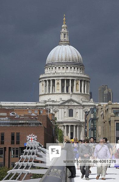 Millennium Bridge  St. Paul's Cathedral  London  Großbritannien  Europa