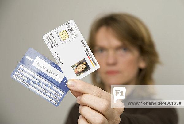 Frau mit elektronischen Gesundheitskarten