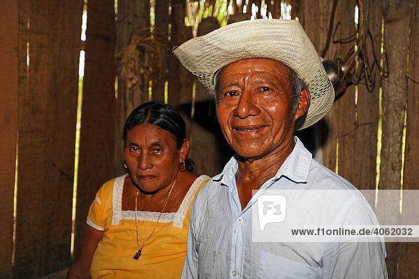 Ehepaar  traurig blickende Maya Frau  stolz lächelnder Mann  Strohhut  Einwohner  Punta Gorda  Belize  Zentralamerika