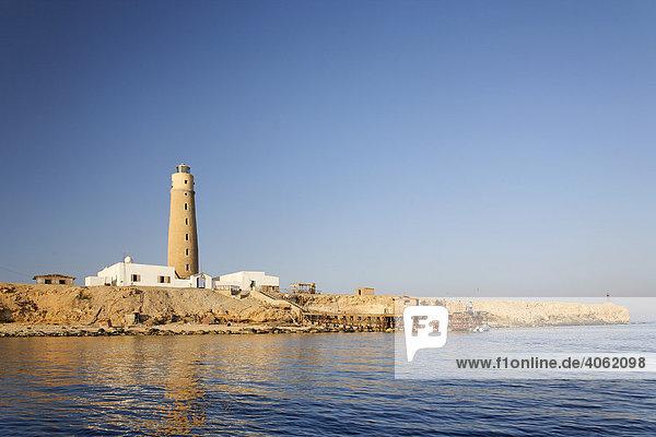Insel mit Leuchtturm und Bootssteg  ohne Vegetation  Top Tauchplatz  Tauchziel  The Brothers Islands  arabisch El Akhawein  Ägypten  Rotes Meer  Afrika