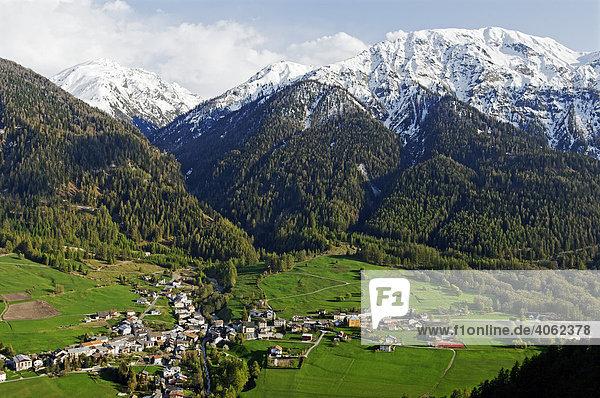Blick auf das kreuzförmig angelegte Dorf Sta. Maria im Val Müstair  Münstertal  im Engadin  Kanton Graubünden  Schweiz  Europa