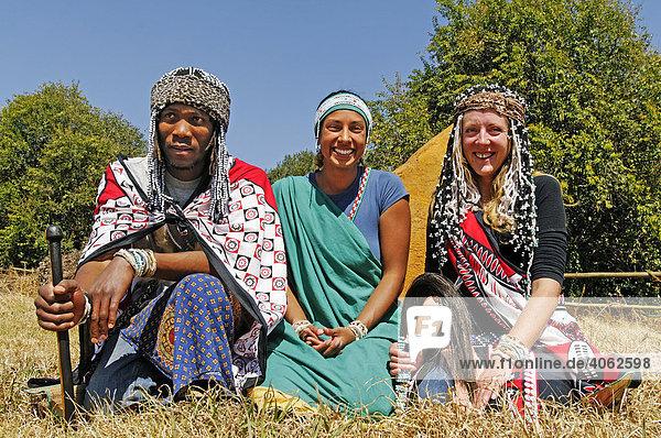 Zwei Heiler in der Tradition der Zulu  Sangoma mit Schülerin in der Mitte  Kwazulu-Natal  Südafrika  Afrika
