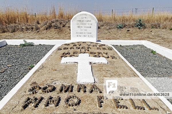 Inschrift aus Patronenhülsen auf einem Grab für unbekannte Soldaten im Burenkrieg  Kwazulu-Natal  Südafrika  Afrika