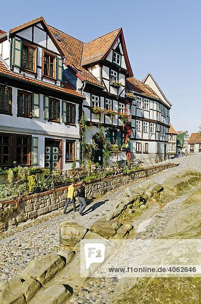 Gehweg zwischen Felsen und Fachwerk-Ensemble  Stadt Quedlinburg  Weltkulturerbe der UNESCO  Sachsen-Anhalt  Deutschland  Europa