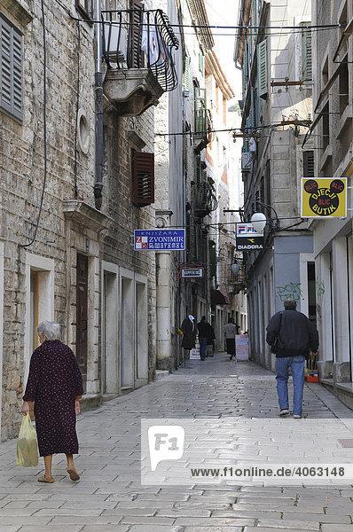 Enge schmale Gasse  Altstadt  Sibenik  Kroatien  Europa
