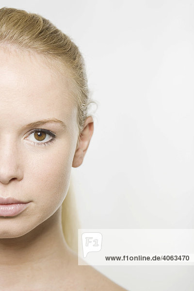 Portrait  linke Gesichtshälfte  einer jungen blonden Frau