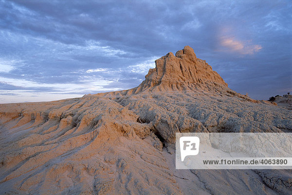 Felsformation der Walls of China im Sonnenuntergang  Mungo Nationalpark  New South Wales  Australien