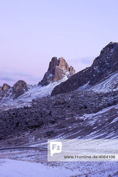 Averau und Rifugio Nuvolau gesehen vom Passo di Giau  Ampezzaner Dolomiten  Belluno  Italien  Europa