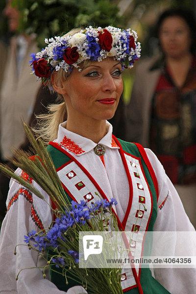 Junge Frau einer Folkloregruppe in Trachten beim
