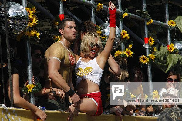 Gogo-Tänzer auf einem Float bei der Loveparade 2008  Dortmund  Ruhrgebiet  Nordrhein-Westfalen  Deutschland  Europa