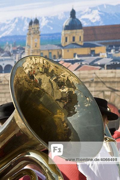 Spiegelung in Musikinstrument am Max-Joseph-Platz  München  Bayern  Deutschland  Europa