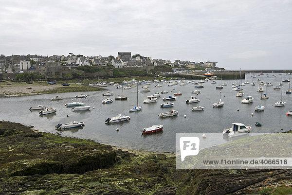 Boote im Hafen und Häuser von Le Conquet  früher ein Seeräuberort  Bretagne  Frankreich  Europa