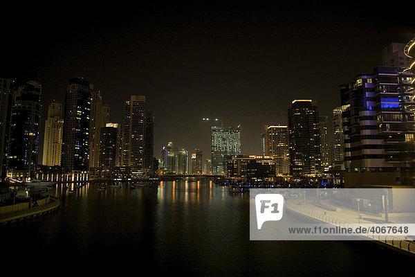 Moderne Gebäude  Hochhäuser  Nachtaufnahme  Dubai  Vereinigte Arabische Emirate  Naher Osten