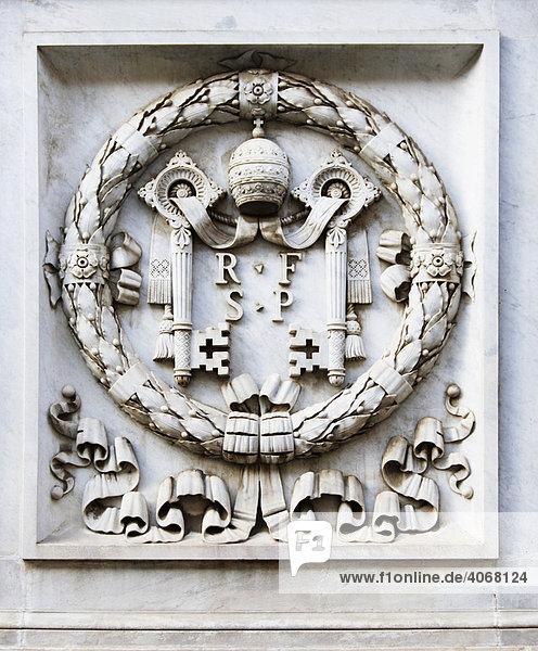 Symbol des Vatikans auf einer Statue  Vatikan  Rom  Italien  Europa