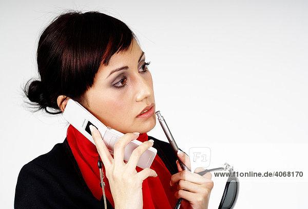 Junge Business Frau telefoniert mit Handy