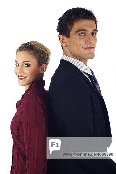 Frau und Mann stehen mit dem Rücken zueinander