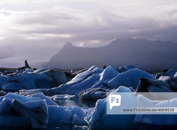 Gletscherlagune Jokulsarlon auf Island und Vatnajokul hinten  Island  Europa