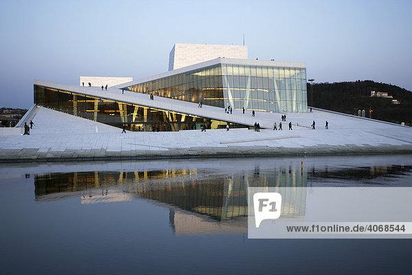 Oper Oslo am Oslofjord mit begehbarem Dach aus Carrara Marmor  Oslo  Norwegen  Skandinavien  Europa