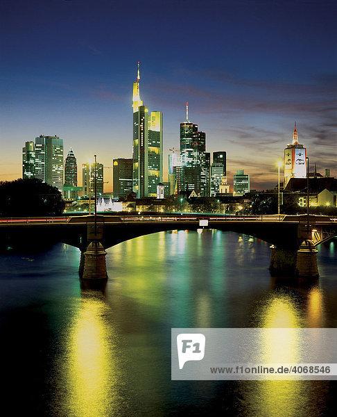 Skyline Frankfurt nach Sonnenuntergang  Hessen  Deutschland  Europa