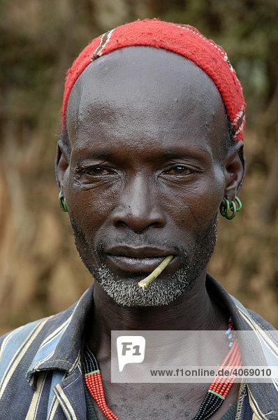 Portrait  junger Mann mit Stöckchen im Mund  Keyafer  Äthiopien  Afrika
