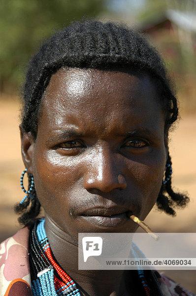Portrait  Mann mit Stöckchen im Mund  Markt von Dimeka  Äthiopien  Afrika