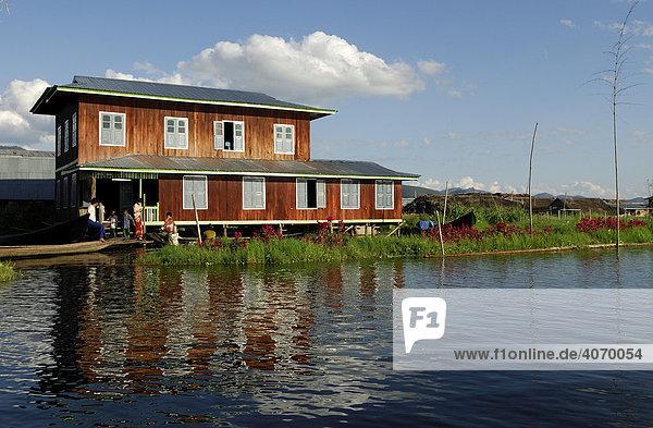 Rotes Haus auf Inlesee  Inlesee  Myanmar  Südostasien